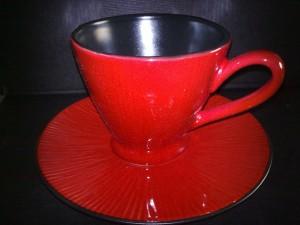 Klarröd kaffekopp och fat