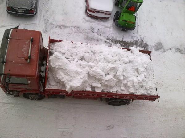 Lastbilar med snö på vår gård