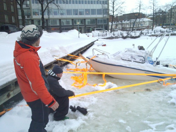 Spännremmar, yxor, spadar och tre starka karar fick upp båten