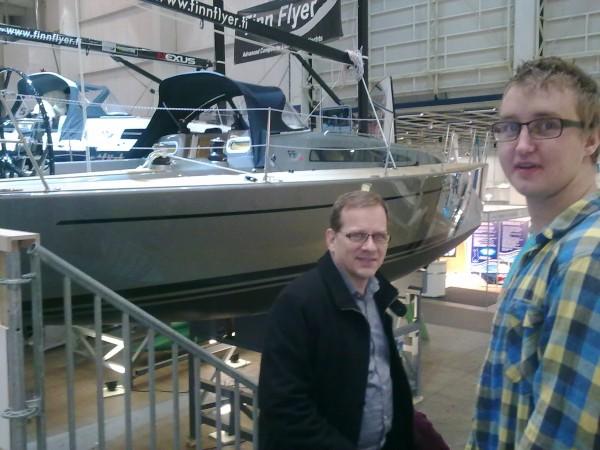 Pappa och Jonathan framför en fin segelbåt