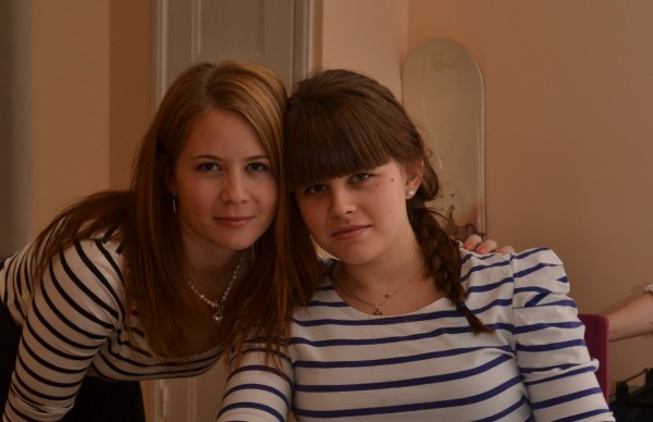 Jag och lillasyster, folk tyckte vi såg lika ut, så vi behövde fotobevis.