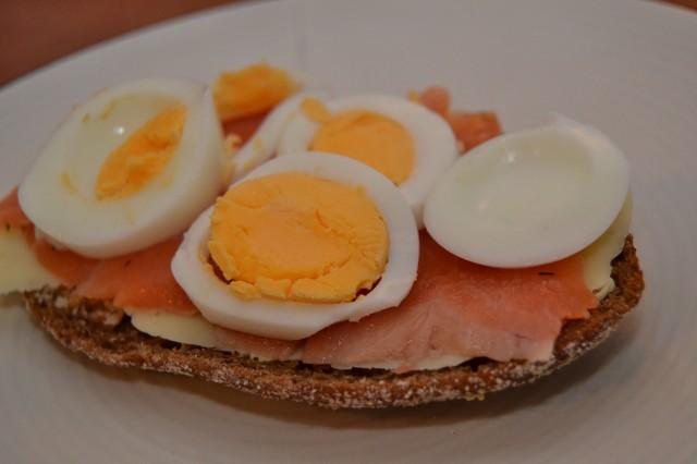 Ägg- och laxsmörgås