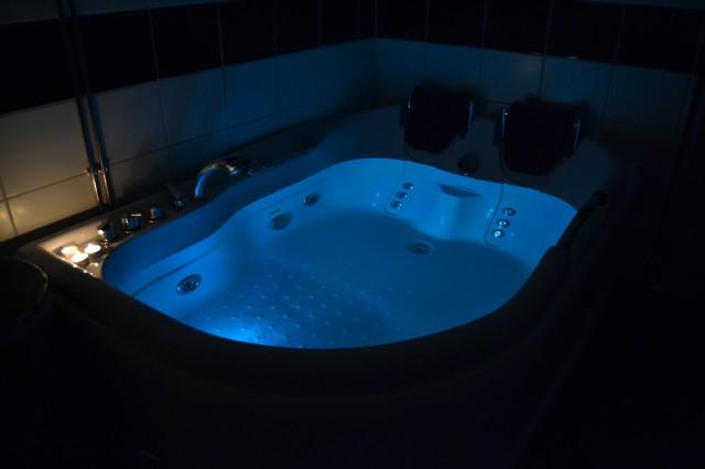 Badande i nya badkaret med bubbel
