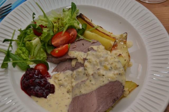 Varmrätt: Renstek (tjälknöl) med klyftpotatis, mustapekkasås, lingonsylt och sallad. Mmmm vad det var gott, älskar renkött.