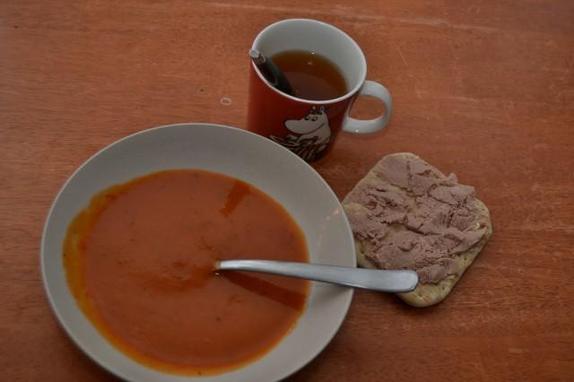 Tomatsoppa, leverkorvsmörgås och honungste.