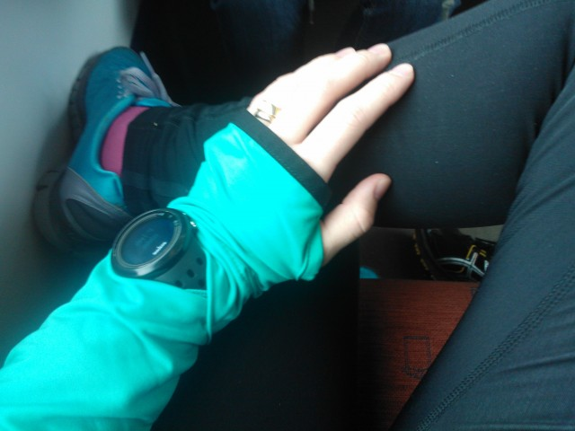 Älskar min funktionella träningströja med handledsvärmare och plats för pulsklocka.
