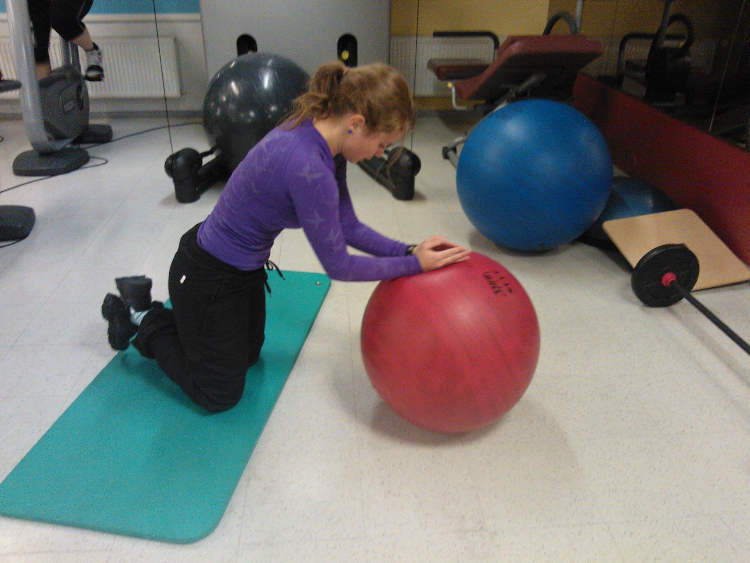Träna mage med pilatesboll