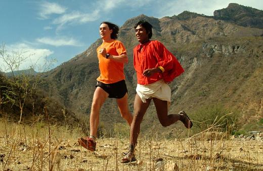 Bild från boken Born To Run. Till vänster långdistansmästaren Scott Jurek, till höger en tarahumaralöpare. Titta på skillnaderna i löpstilen.