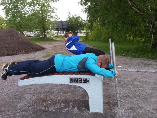 Sit-ups och rygglyft i utomhusgym