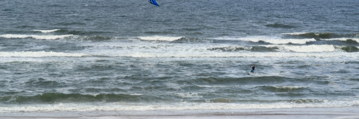 Tidig morgonsurfing i vågor