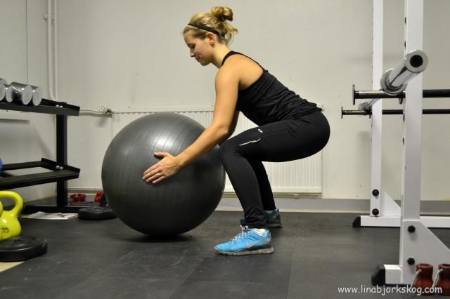 övning för rumpa pilatesboll
