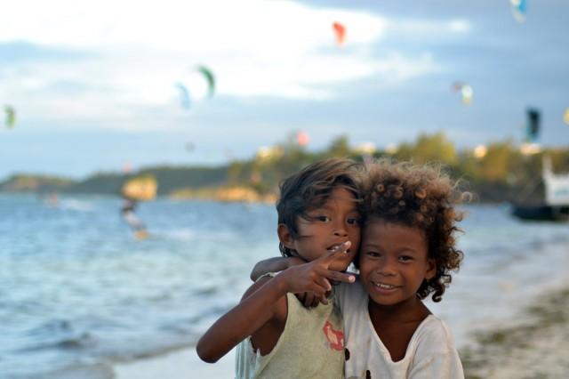 Två söta flickor på stranden som ville bli fotade