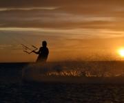 Kitesurfing i solnedgången