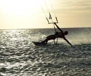 Kitesurfing i solnedgången Seco