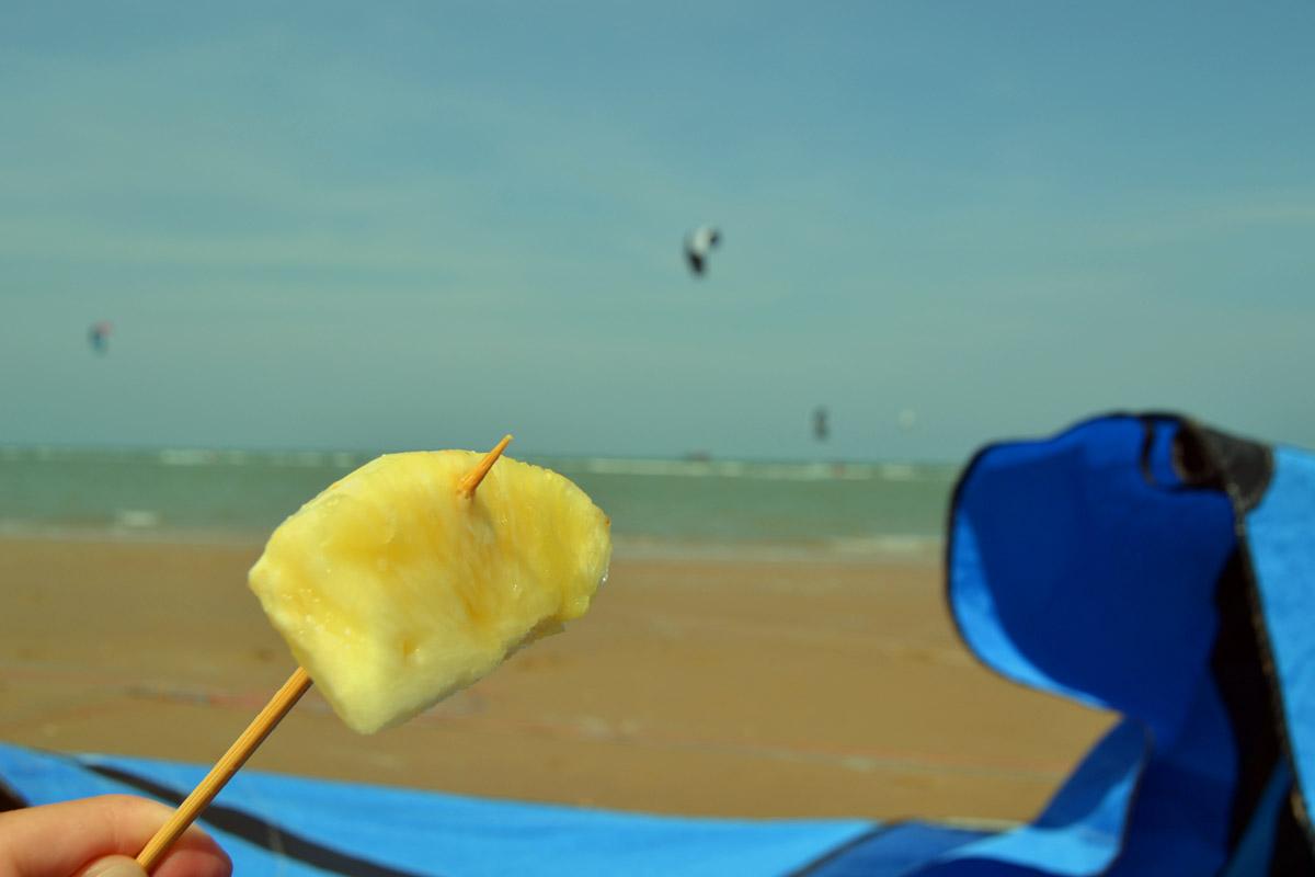 Vilodag med ananas på stranden