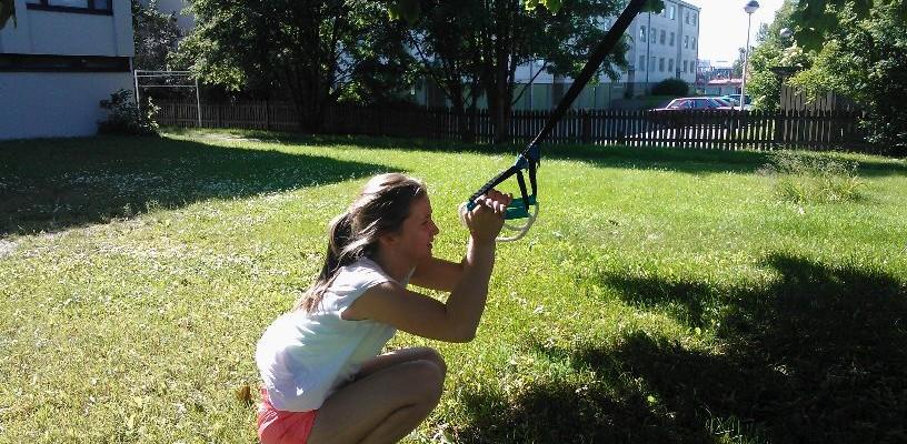 Träning utomhus med TRX och kettlebell