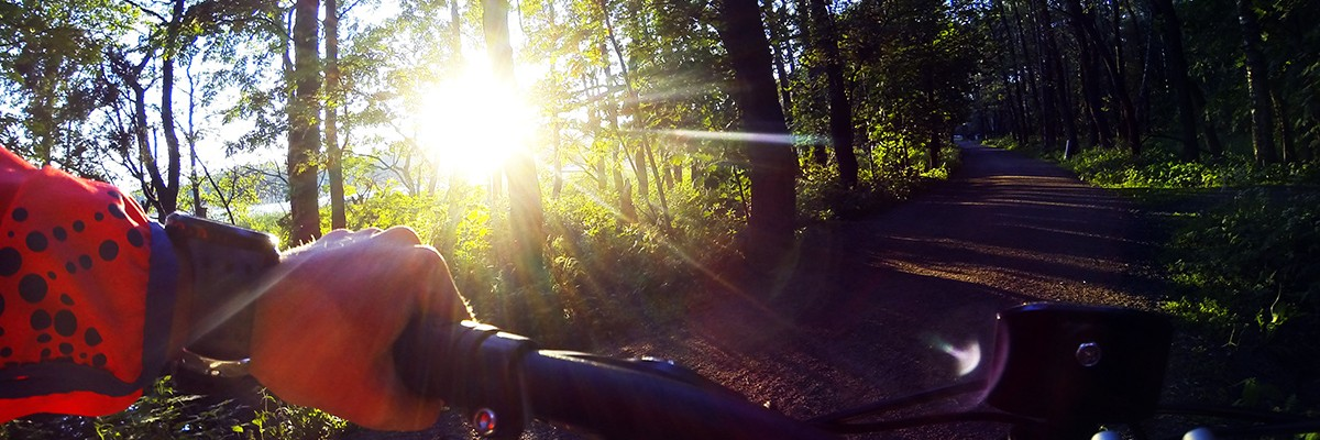Sen kvällscykling i solnedgången