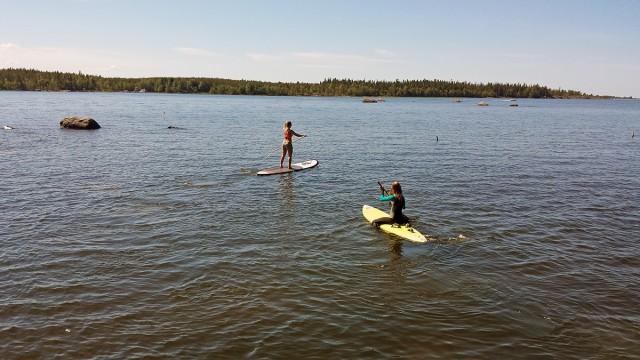 SUP är en favorit på sommarstugan. Sen kan man ju alltid paddla med ett vindsurfingbräde som lillasyster om man vill ha extrautmaning...