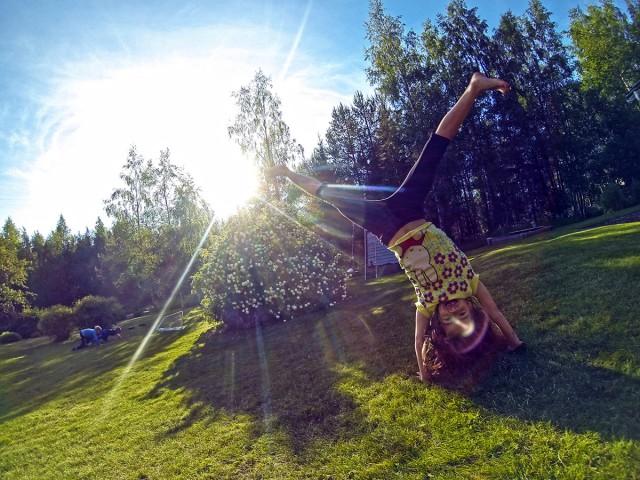 Syskonbarnen gillar att busa och träna redskapsgymnastik på gräset!