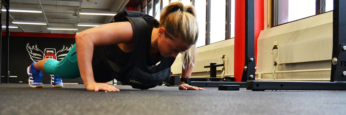 Armhävningar med viktväst för muskelstyrka