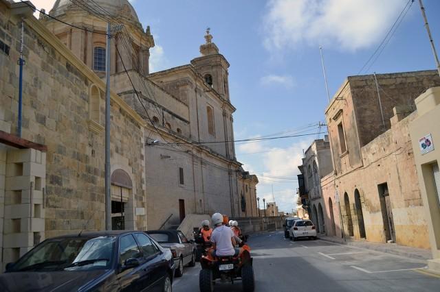 Många fina kyrkor och byggnader körde vi förbi