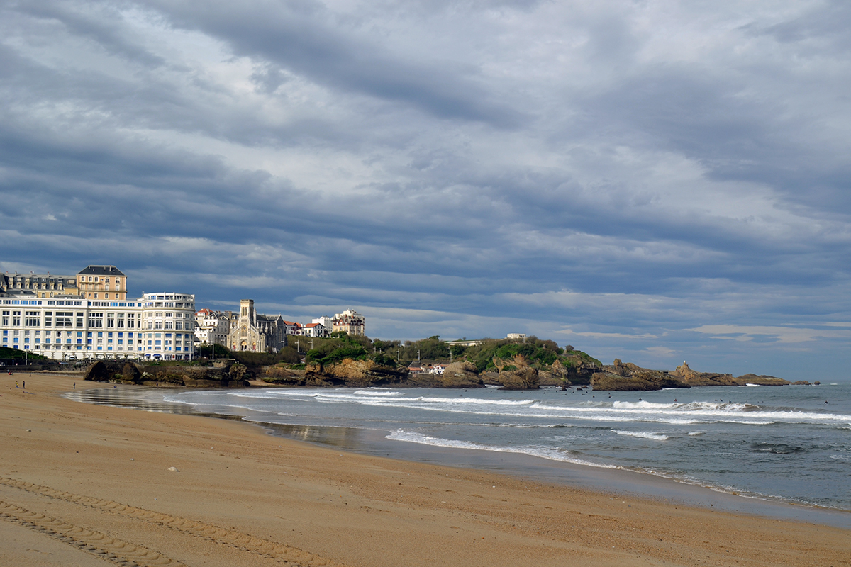 Rika pensionärer i Biarritz och glada pilgrimsvandrare i Belorado