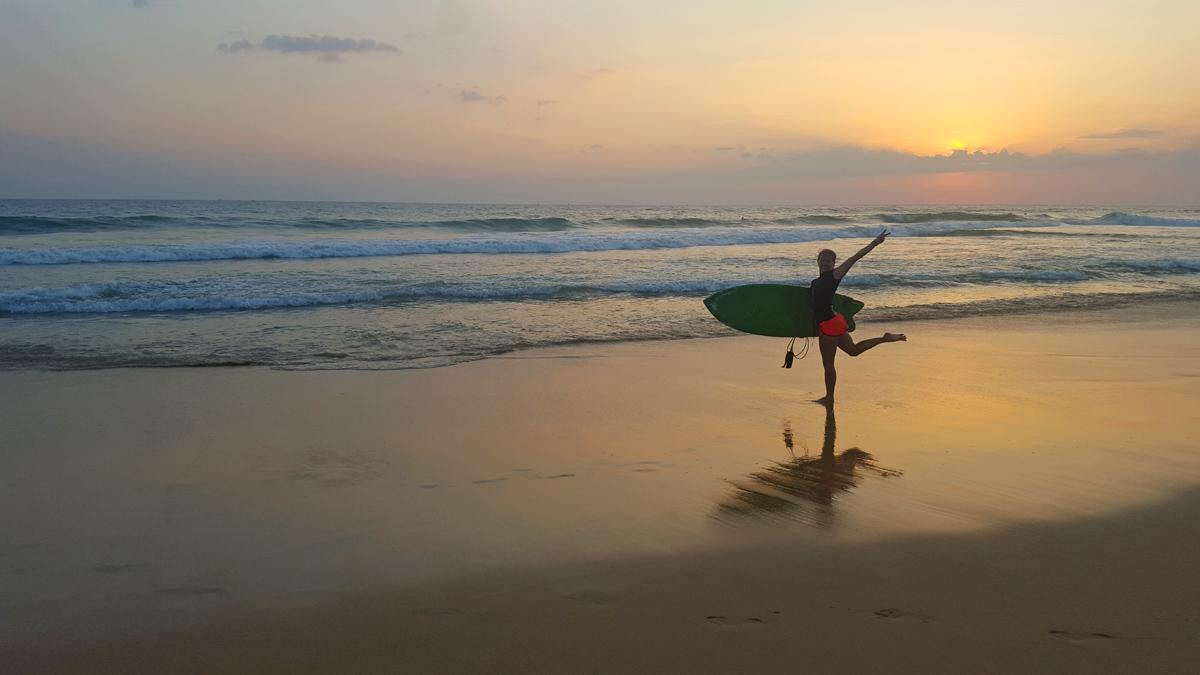 Härlig surfing i Hikkaduwa