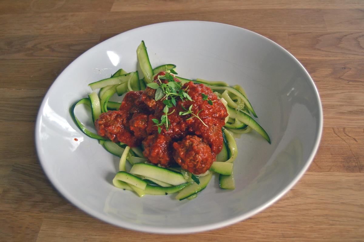 köttbullar i eldig tomatsås med zucchini