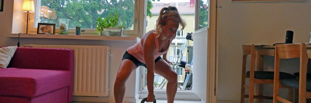 Träna hemma med kettlebell i tufft träningspass