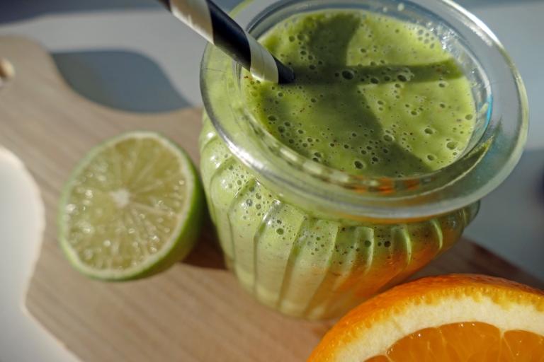 Grön smoothie med spenat och kiwi