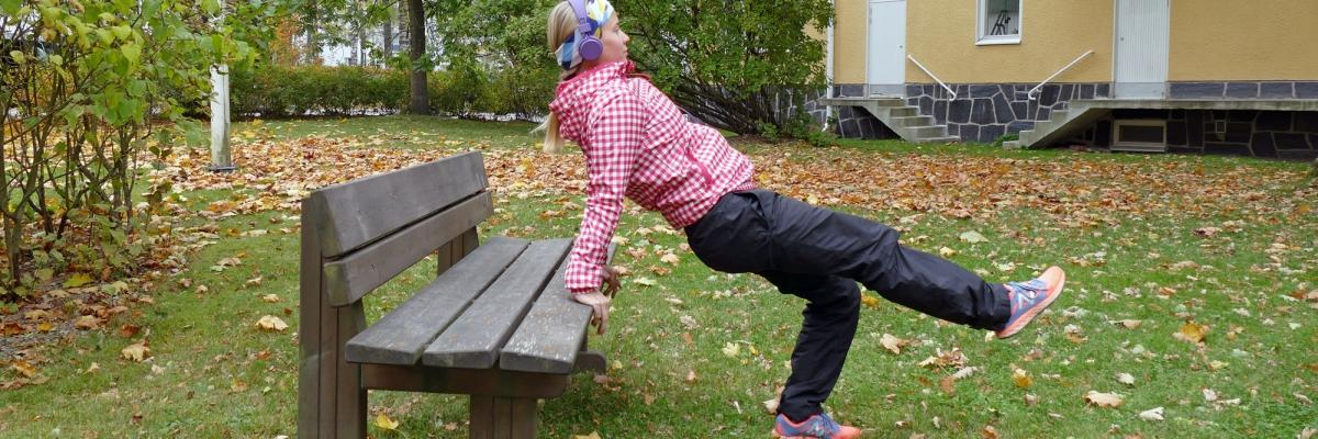 Effektivera promenaden med 4 övningar på bänk