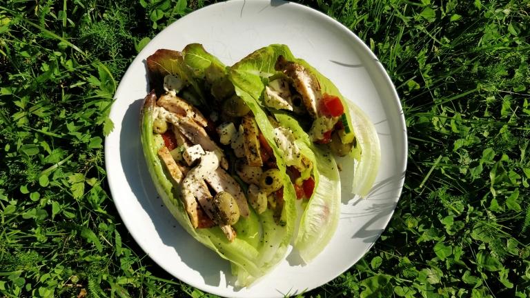 Enkla salladswraps med kyckling och hummus