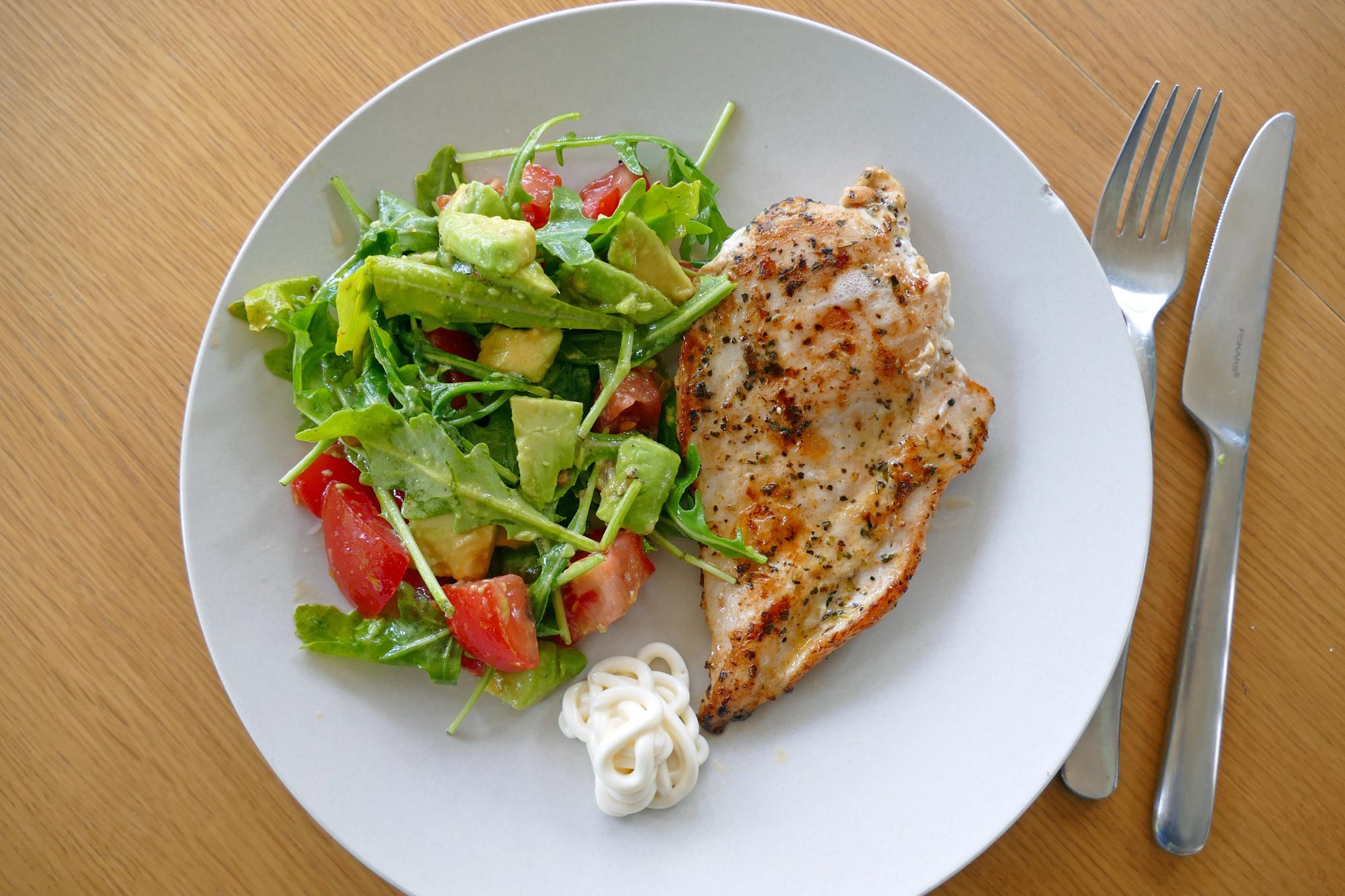 Grillad kyckling, sallad på rucola, tomat och avokado + en klick majonnäs.