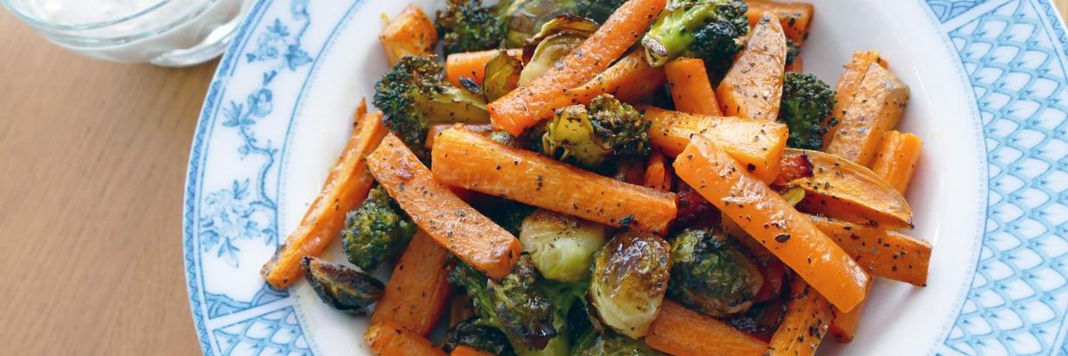 Ugnsgrönsaker på plåt med örtyoghurt dipsås – tips till söndagsmiddagen