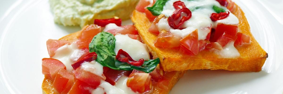 Recept på ljuvligt god ugnsbakad sötpotatis med krämig guacamole