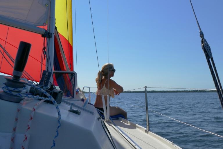 Ute till havs styr en segelbåt