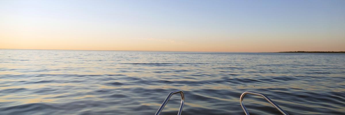 En båt och en solnedgång