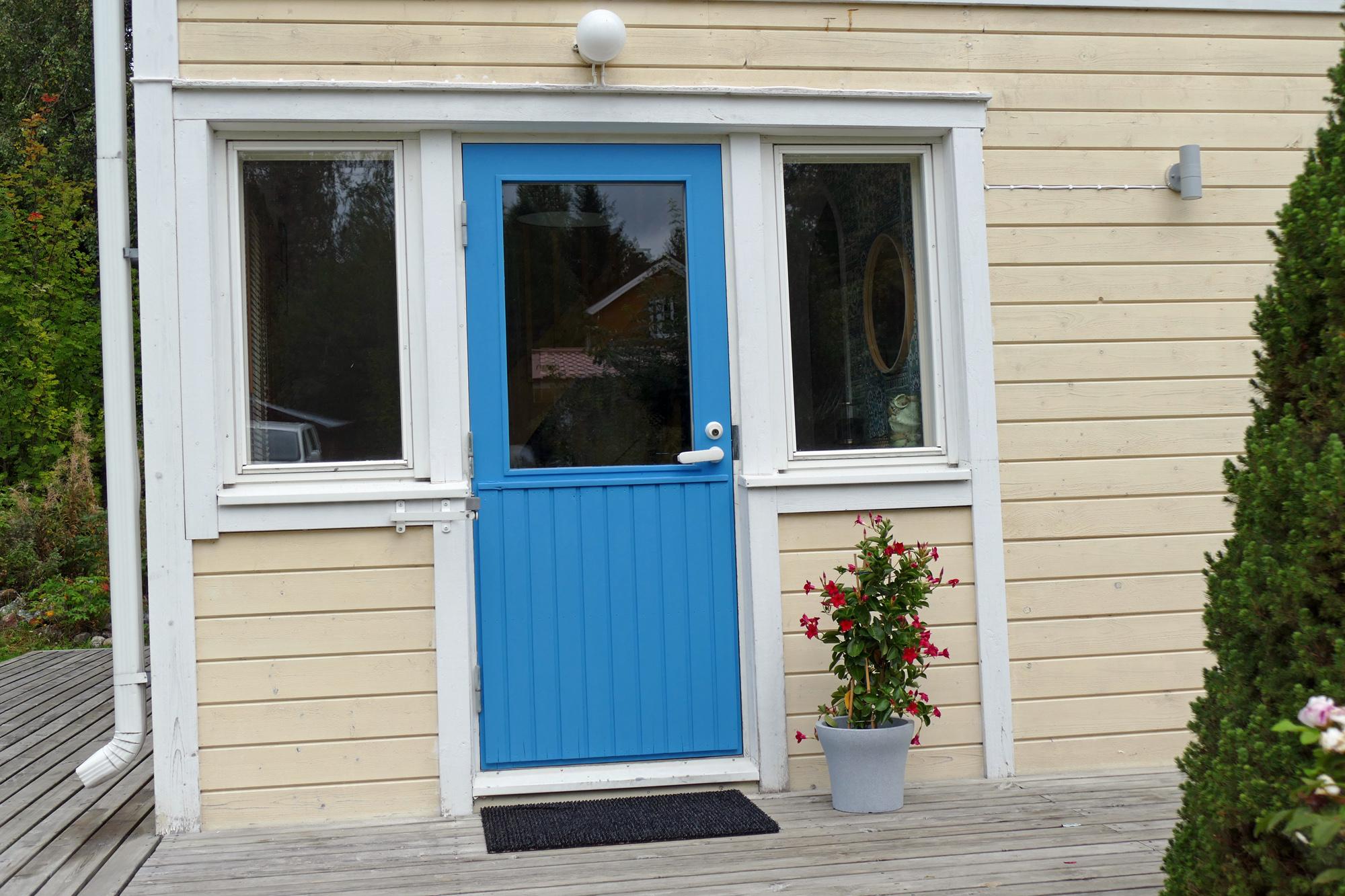 blå dörr på gult hus