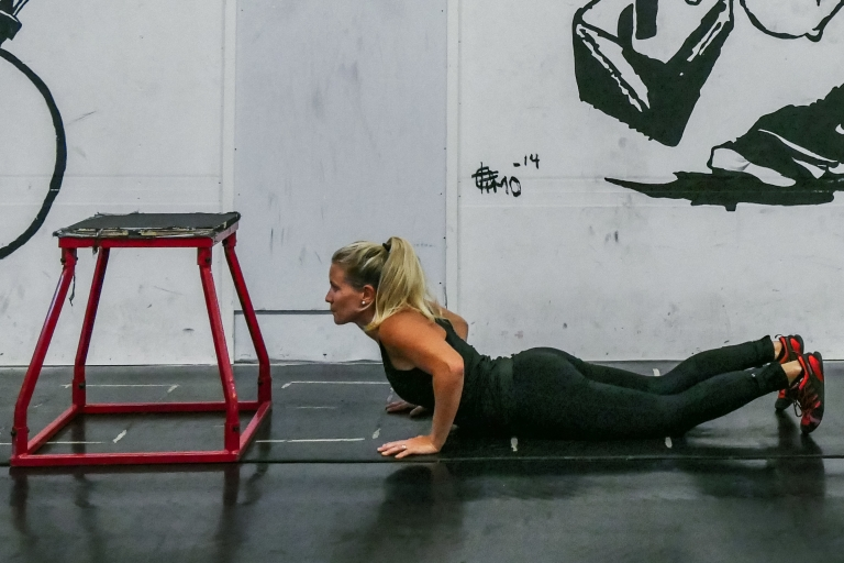 Variera din magträning i olika positioner: tips på 3 magövningar som också stärker handlederna