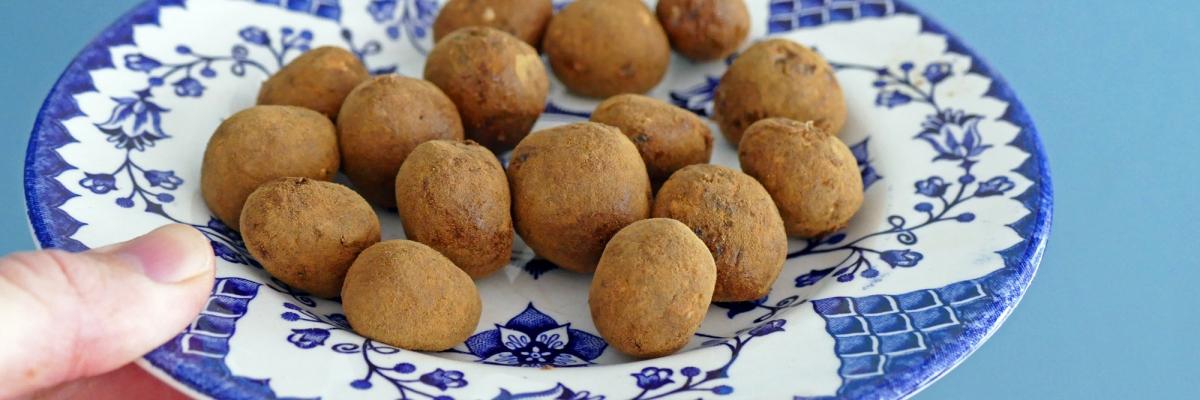 Recept: Snabba dadelbollar med lakrits (utan mixer)