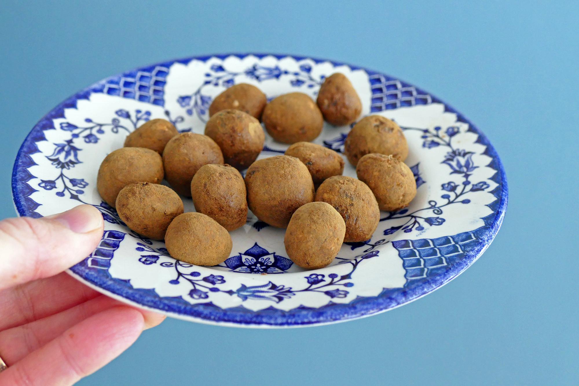 snabba dadelbollar med lakrits utan mixer