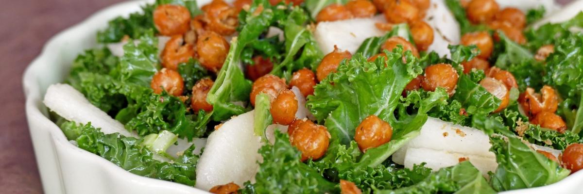 Sallad med grönkål, päron och rostade kikärter