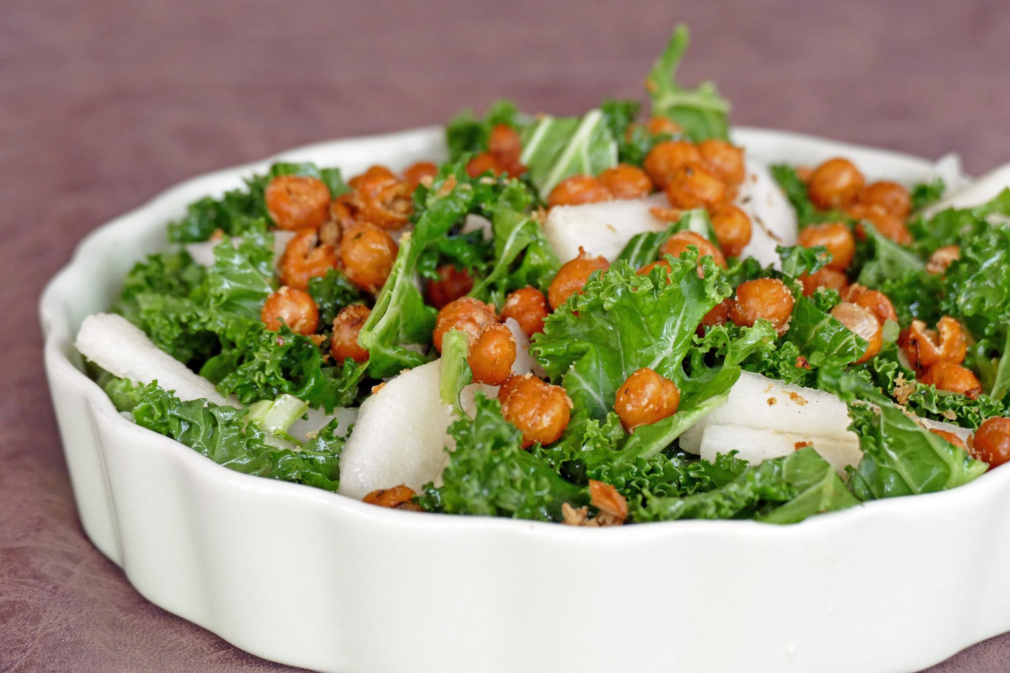 grönkål päron kikärter sallad