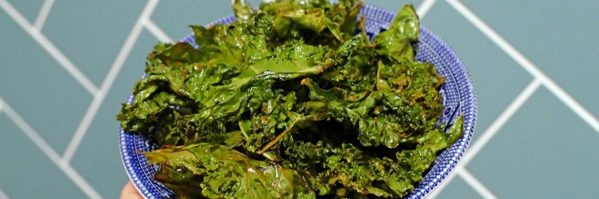 Grönkålschips: recept på knapriga, nyttiga chips du enkelt gör hemma