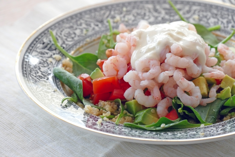 En lite lyxigare lunch: Sallad med räkor, quinoa och limeaioli