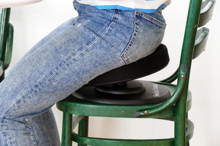 Bättre ergonomi med en balansdyna till hemmakontoret